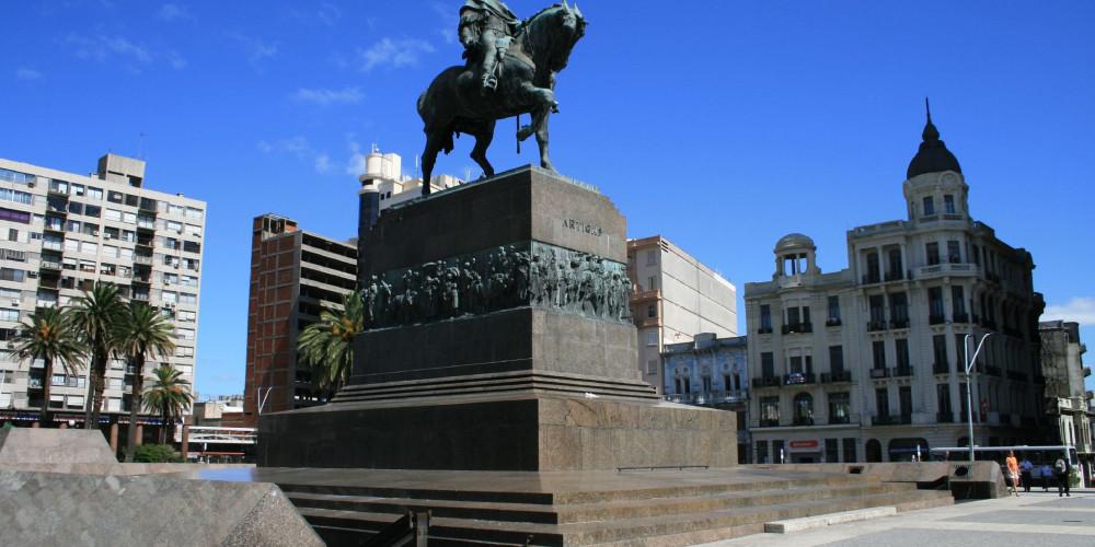 Монтевидео: Статуя Артигаса, К югу от реки Рио-Негро (Монтевидео, Колония, Дуразно), Уругвай